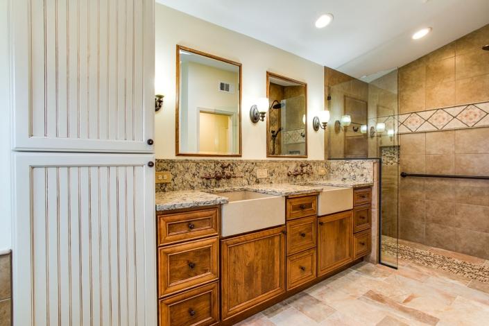 double bowl vanity w/farm sinks